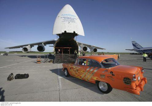 Coole Cars auf dem Weg zum nächsten Event: Mit einem Job im Bereich der Luftfracht gehört der Transport zu den Aufgaben der Mitarbeiter.